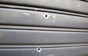 Colpi di pistola contro saracinesca di un negozio gestito da rumeni